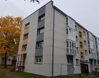 Pilnai renovuotame name parduodamas dviejų kambarių butas. Pats Naujosios Akmenės miesto centras, visai šalia Naujosios Akmenės miesto centrinė aikštė